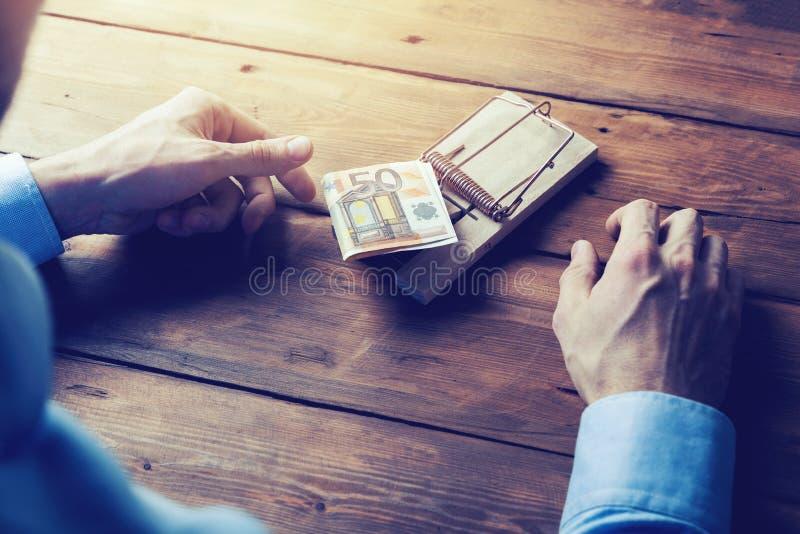 concepto de la tentación - dinero de la toma del hombre de negocios de la trampa del ratón fotos de archivo
