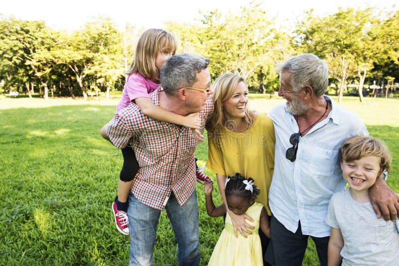 Concepto de la unidad de la naturaleza del campo de la familia que camina imagen de archivo