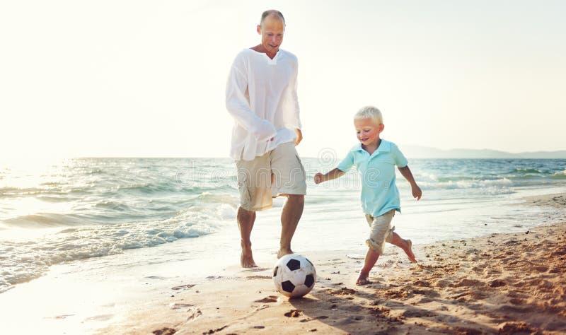 Concepto de la unidad de Son Playing Football del padre de la familia imágenes de archivo libres de regalías