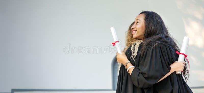 Concepto de la universidad del certificado del éxito de la celebración de la graduación fotos de archivo libres de regalías