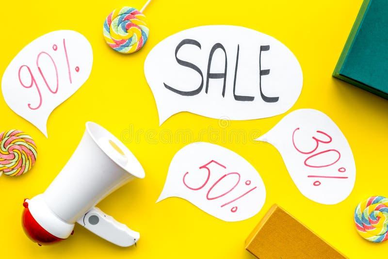 Concepto de la venta con el megáfono Declare la venta Megáfono electrónico cerca de la venta de la palabra en nube, cajas de rega fotos de archivo libres de regalías