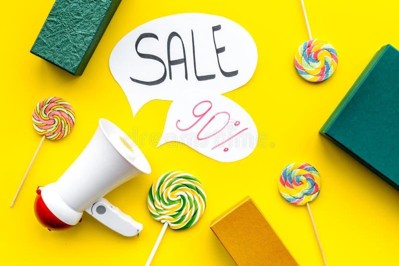 Concepto de la venta con el megáfono Declare la venta Megáfono electrónico cerca de la venta de la palabra en nube, cajas de rega foto de archivo libre de regalías