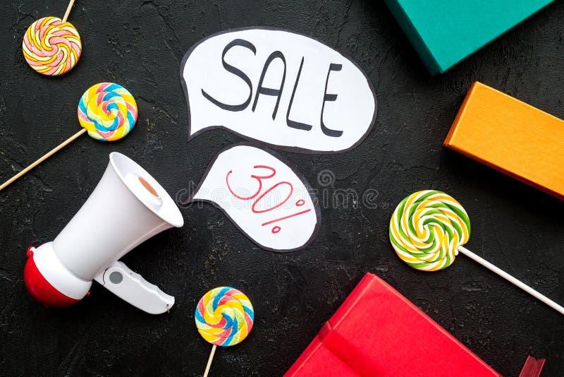 Concepto de la venta con el megáfono Declare la venta Megáfono electrónico cerca de la venta de la palabra en nube, cajas de rega fotografía de archivo libre de regalías