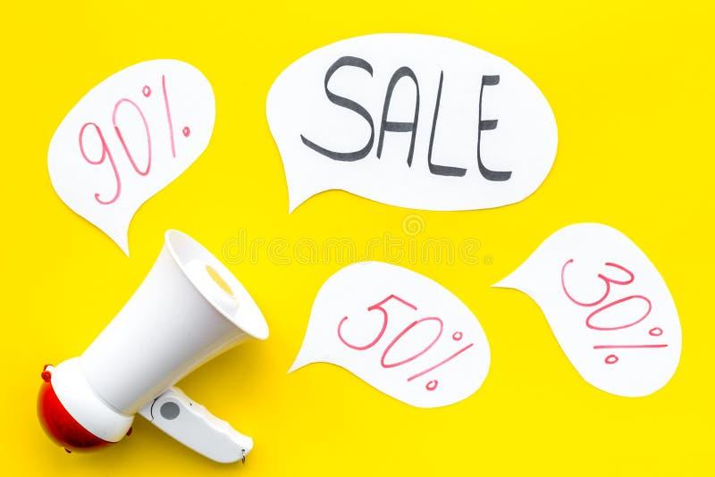Concepto de la venta con el megáfono Declare la venta Megáfono electrónico cerca de la venta de la palabra en nube, cajas de rega imagen de archivo libre de regalías