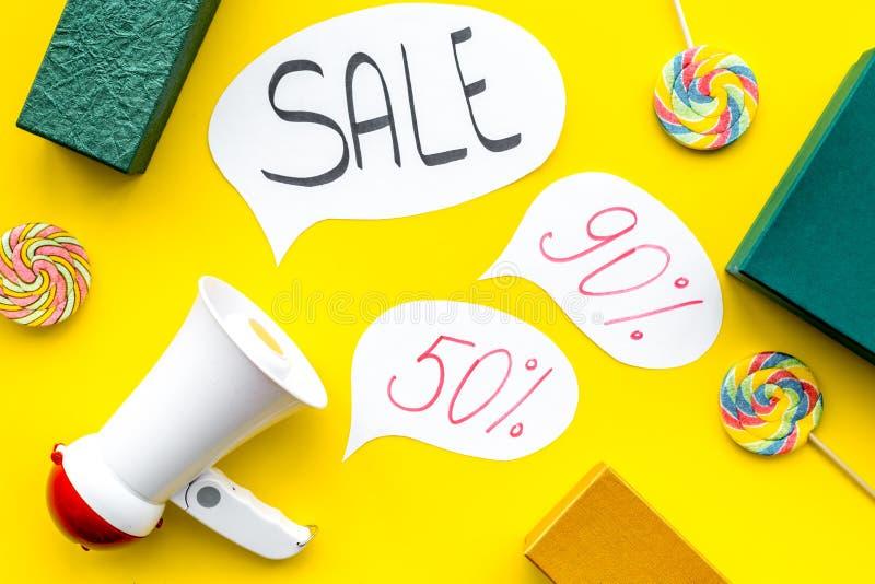 Concepto de la venta con el megáfono Declare la venta Megáfono electrónico cerca de la venta de la palabra en nube, cajas de rega foto de archivo