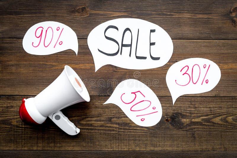 Concepto de la venta con el megáfono Declare la venta Megáfono electrónico cerca de la venta de la palabra en nube en fondo de ma imagenes de archivo
