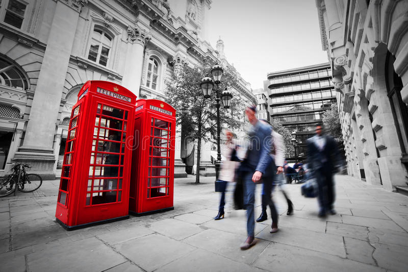 Concepto de la vida empresarial en Londres, el Reino Unido. Cabina de teléfono roja imágenes de archivo libres de regalías