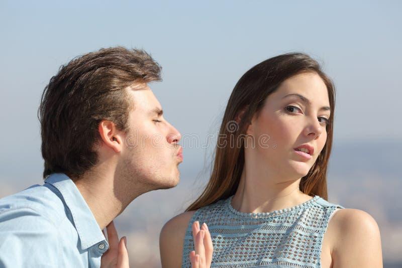 Concepto de la zona del amigo con la mujer que rechaza al hombre foto de archivo