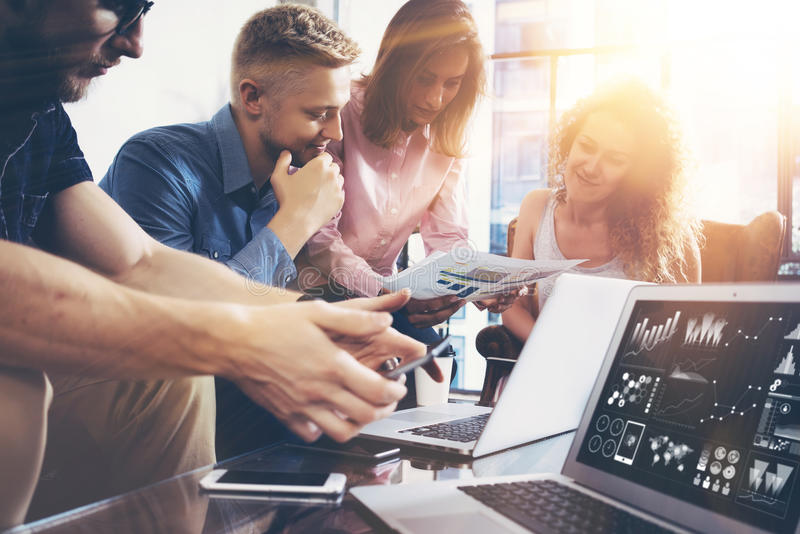 Concepto de lanzamiento de la reunión de reflexión del trabajo en equipo de la diversidad Gráfico del ordenador portátil de Team  foto de archivo libre de regalías