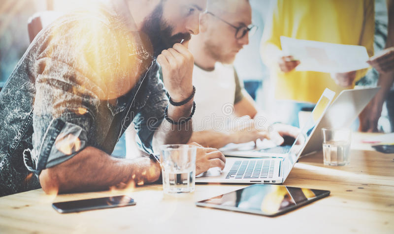 Concepto de lanzamiento de la reunión de reflexión del trabajo en equipo de la diversidad Ordenador portátil de Team Coworkers An imagen de archivo