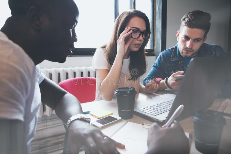 Concepto de lanzamiento de la reunión de reflexión del trabajo en equipo de la diversidad Documento del informe de Team Coworkers fotos de archivo