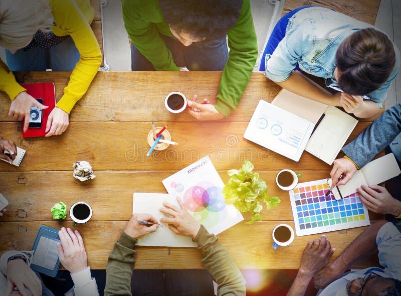 Concepto de lanzamiento ocupado del negocio de la discusión de grupo de personas