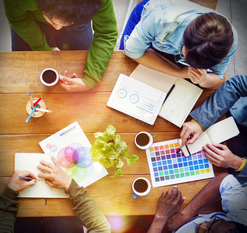 Concepto de lanzamiento ocupado del negocio de la discusión de grupo de personas imagen de archivo libre de regalías