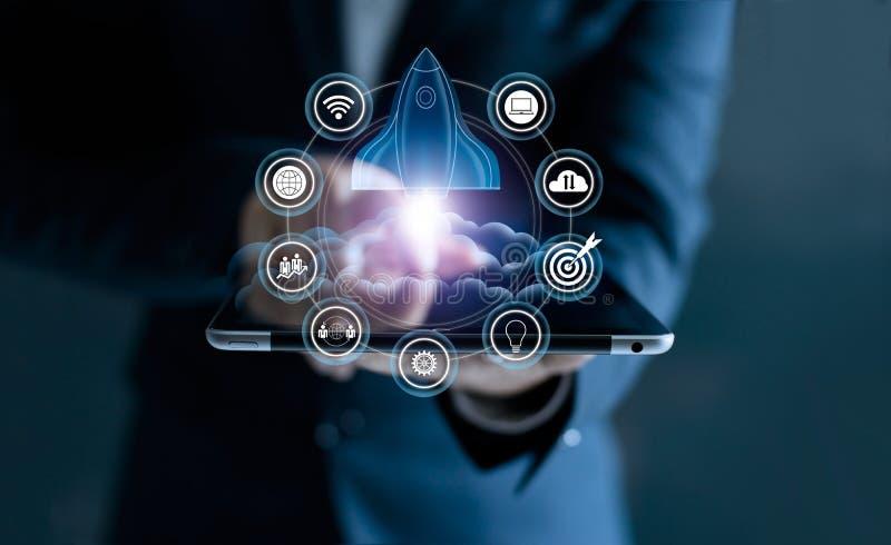 Concepto de lanzamiento Tableta conmovedora del hombre de negocios y red del icono fotografía de archivo libre de regalías