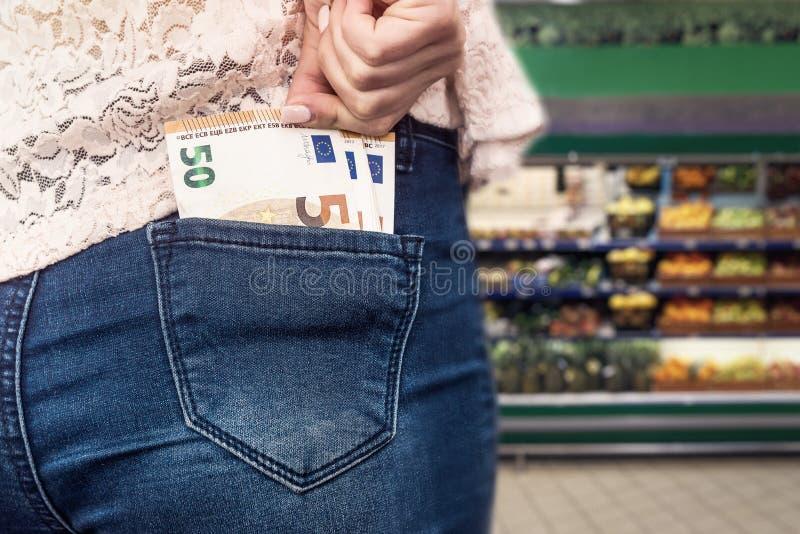 Concepto de las compras con los billetes de banco euro en bolsillo de los vaqueros foto de archivo libre de regalías