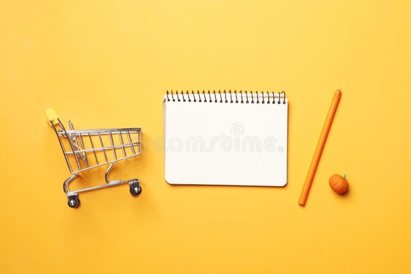Concepto de las compras Concepto del presupuesto carro de la compra, imagen de archivo