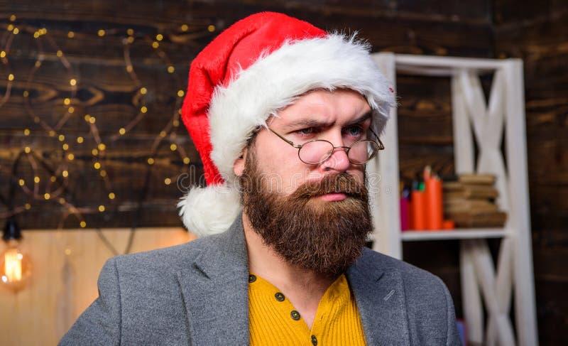 Concepto de las cualidades de Papá Noel Bigote serio de la barba del hombre que desempeña el papel de santa Tradición de la Navid fotos de archivo libres de regalías