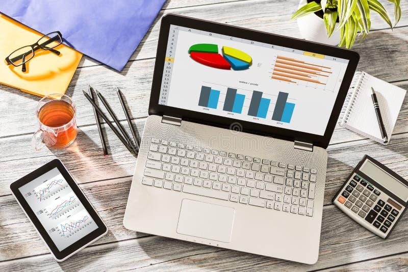 Concepto de las finanzas del análisis de Digitaces de las estadísticas del gráfico del márketing fotos de archivo libres de regalías