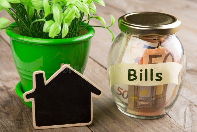 Concepto de las finanzas de las propiedades inmobiliarias - vidrio del dinero con palabra de las cuentas imagenes de archivo