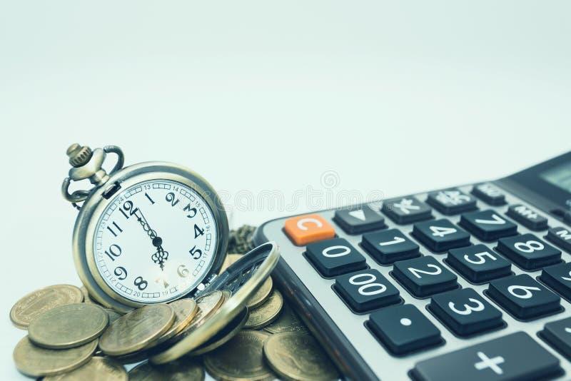 Concepto de las finanzas y de las actividades bancarias Ciérrese encima de monedas y de la calculadora para fotos de archivo libres de regalías