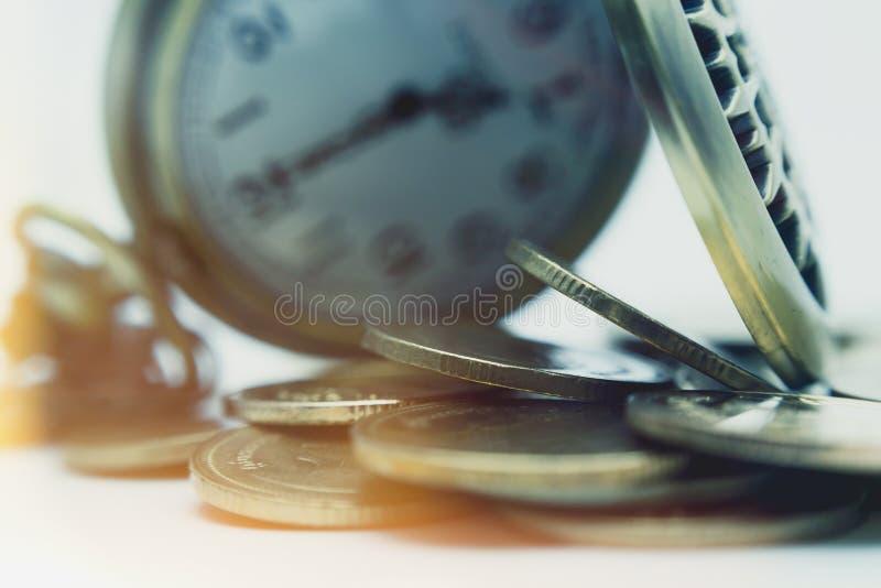 Concepto de las finanzas y de las actividades bancarias Ciérrese encima de monedas y de la calculadora para foto de archivo