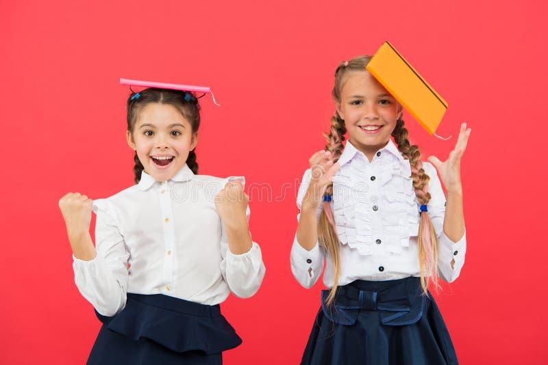 Concepto de las fuentes de escuela Ense?e el papel Efectos de escritorio lindos de la compra por diversión que estudian Muchachas fotos de archivo libres de regalías
