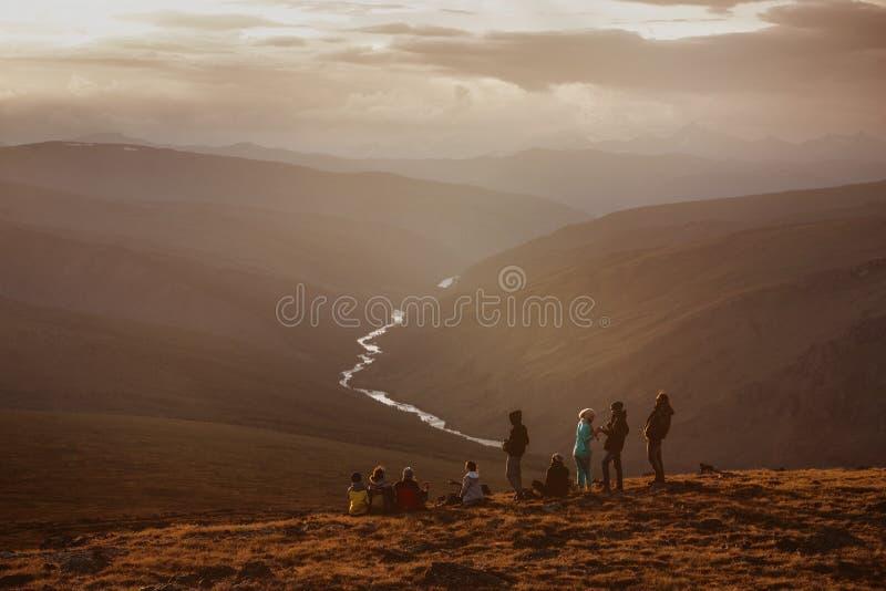Concepto de las montañas del viaje del grupo del equipo de los amigos imágenes de archivo libres de regalías