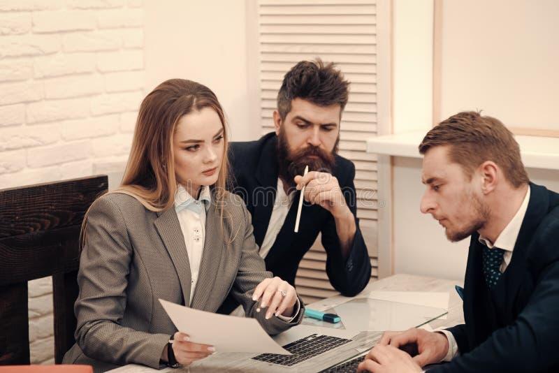 Concepto de las negociaciones del negocio Socios comerciales, hombres de negocios en la reunión, fondo de la oficina El abogado d fotos de archivo libres de regalías