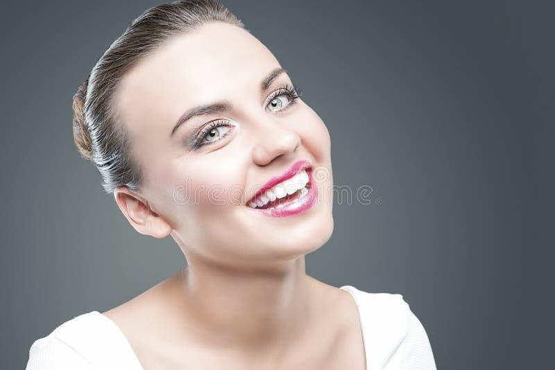 Concepto de las sensaciones y de las emociones Retrato del primer de la mujer morena caucásica sonriente feliz que presenta contr foto de archivo