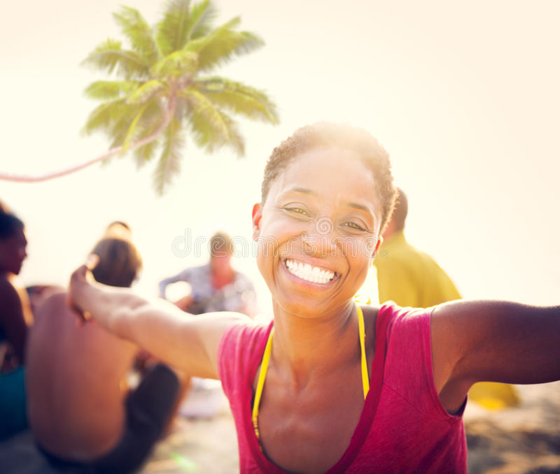 Concepto de las vacaciones de las vacaciones de verano del partido de la playa de la celebración de la gente fotografía de archivo libre de regalías