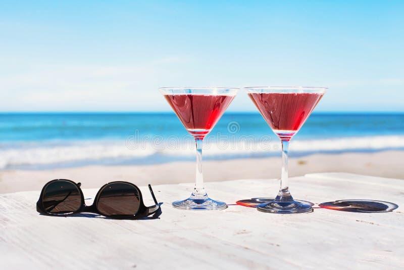 Concepto de las vacaciones de verano, dos cócteles fotografía de archivo