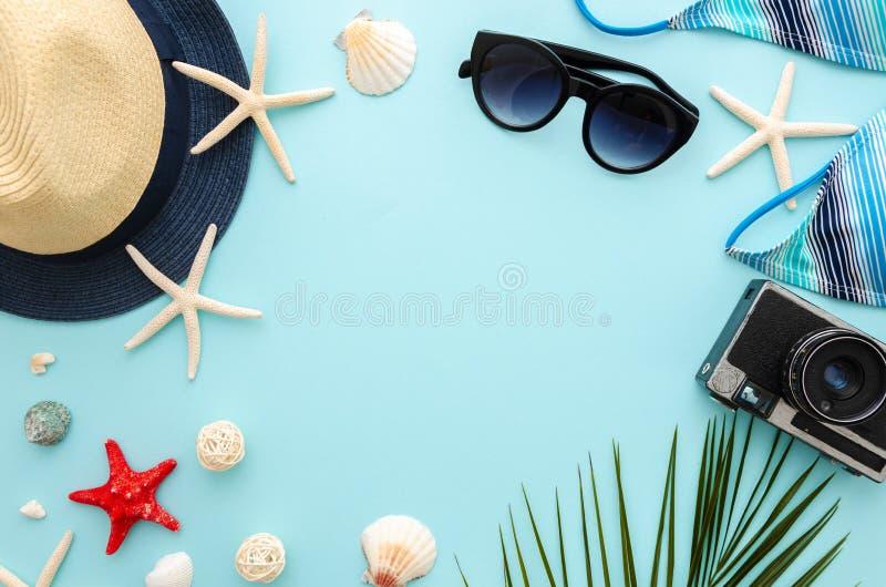 Concepto de las vacaciones del mar del verano de la visión superior Las gafas de sol y el bikini de las mujeres con el sombrero d fotos de archivo libres de regalías