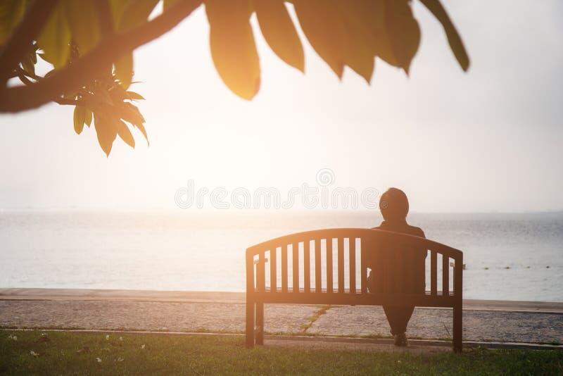 Concepto de las vacaciones del retiro el sentarse jubilado mujeres solamente en chai foto de archivo