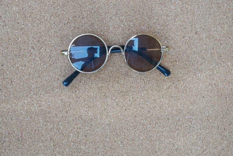 Concepto de las vacaciones de verano con las gafas de sol redondas del vintage para explorar y viajar imagenes de archivo