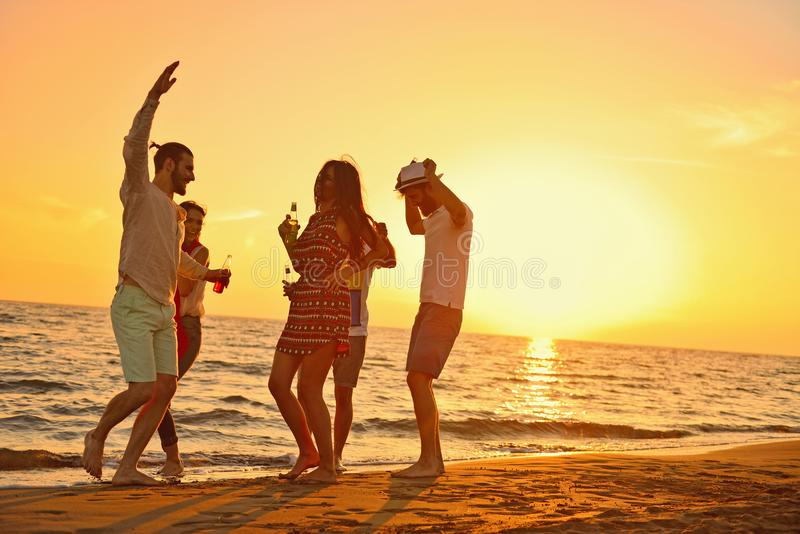 Concepto de las vacaciones de las vacaciones de verano del partido de la playa de la celebración de la gente fotos de archivo libres de regalías