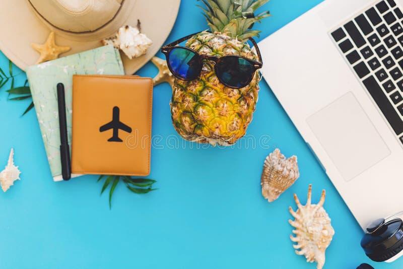 concepto de las vacaciones de verano del planeamiento ordenador portátil elegante, pasaporte, pino fotos de archivo