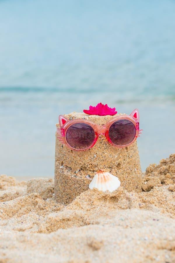 Concepto de las vacaciones de verano Maqueta vertical de la bandera Castillo divertido con las gafas de sol rosadas, cáscara de l fotografía de archivo libre de regalías