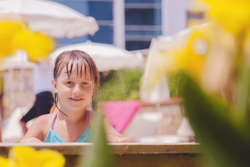 Concepto de las vacaciones de verano Pequeña muchacha linda feliz del niño en la piscina Niño divertido que juega al aire libre e imagen de archivo