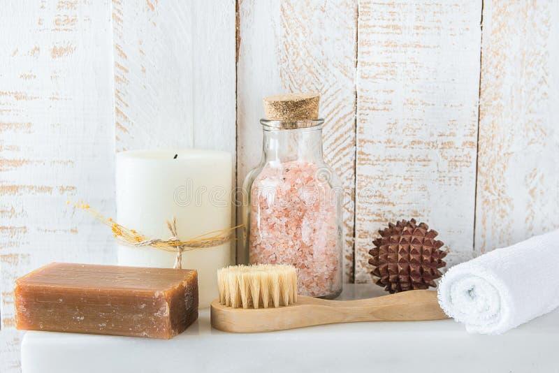 Concepto de limpiamiento de la relajación del balneario del cuidado del cuerpo Bola de madera del masaje de carbón del cepillo de fotografía de archivo libre de regalías