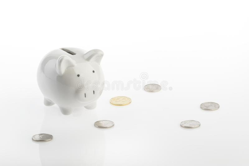 Concepto de los ahorros del dinero de hucha con el espacio de la copia fotos de archivo libres de regalías