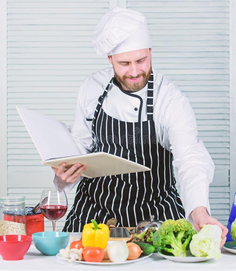 Concepto de los artes culinarios El hombre aprende receta Improve que cocina habilidad Recetas de la familia del libro ?ltima gu? imagenes de archivo