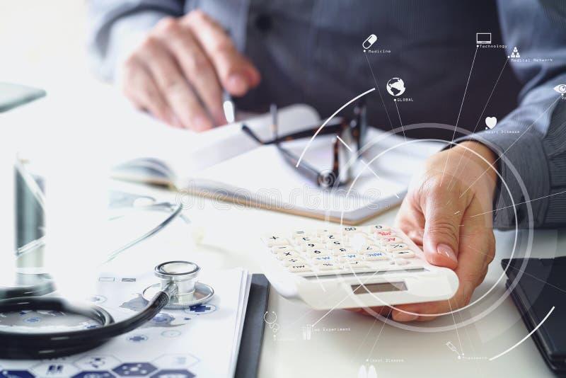 Concepto de los costes y de las tarifas de la atención sanitaria La mano del doctor elegante utilizó un Ca ilustración del vector