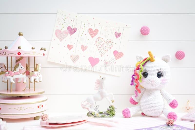 Concepto de los cuentos de hadas en rosa y blanco Macarons lindos de la sirena imagenes de archivo