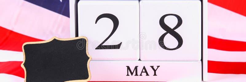 Concepto de los E.E.U.U. Memorial Day con el calendario y la amapola roja de la conmemoración en bandera americana de las barras  imágenes de archivo libres de regalías