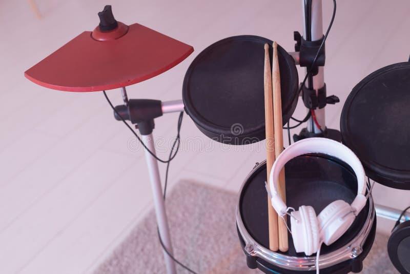 Concepto de los instrumentos musicales, de la afición y de la música - tambor electrónico fijado foto de archivo libre de regalías