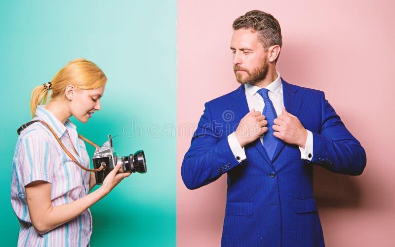 Concepto de los paparazzis Photosession para la revista comercial Hombre de negocios hermoso que presenta la c?mara Tiro agradabl foto de archivo