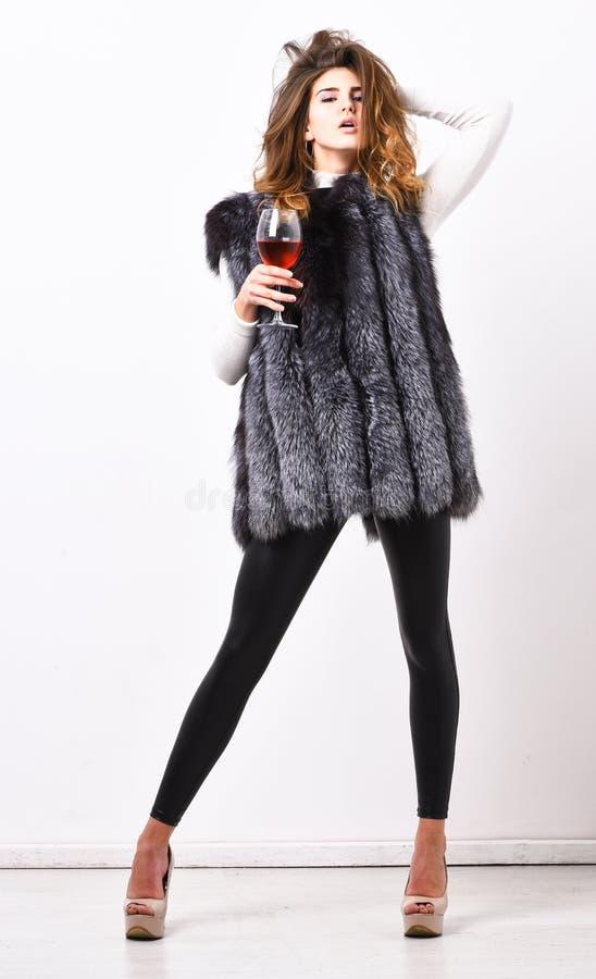 Concepto de lujo de la forma de vida La señora de moda le gusta lujo La muchacha disfruta de cualidades de lujo de la forma de vi fotos de archivo