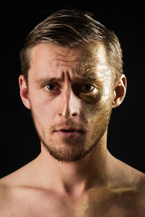 Concepto de lujo piel de oro de lujo del fon de la máscara del hombre hombre con el colágeno de lujo en cara el oro es un lujo Pe foto de archivo