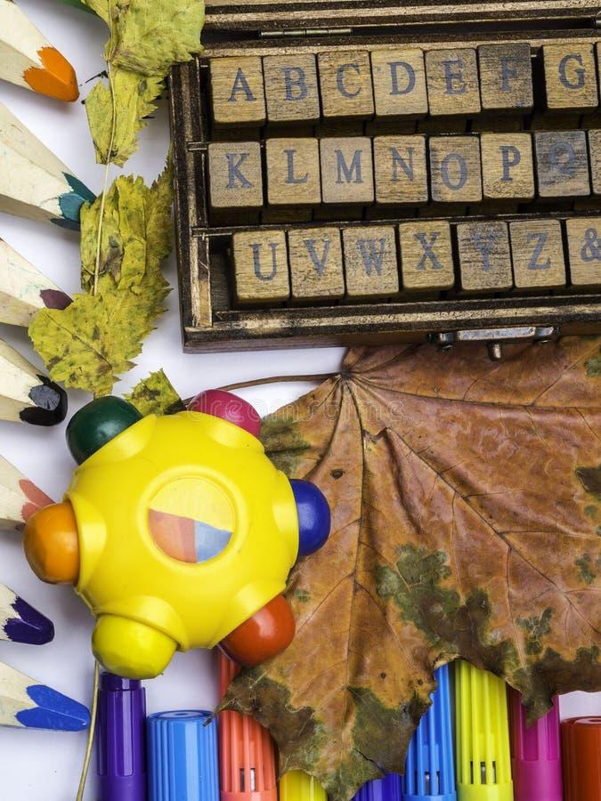 Concepto de madera de ABC de los sellos de las fuentes de la escuela de educación, empezando la escuela, de nuevo a escuela, con  imagen de archivo