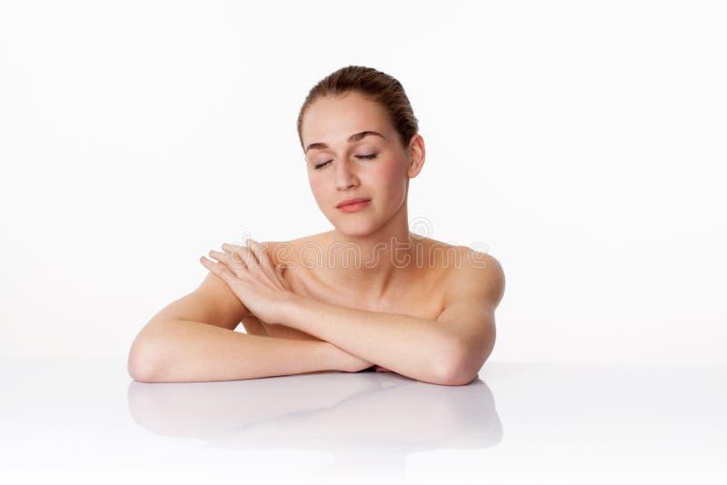 Concepto de masaje, de cuidar en exceso y de bodycare con la mujer 20s que se relaja fotos de archivo libres de regalías